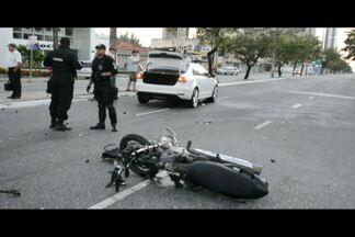 Acidente na principal avenida da Capital termina com dois mortos - Foi uma batida entre um carro e uma moto.