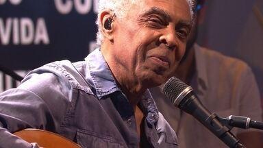 """Gilberto Gil canta """"Tin tin por tin tin"""" na estreia do novo Fantástico - Gilberto Gil canta sucessos no programa de estreia do novo Fantástico"""