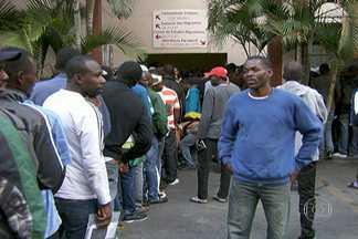 Igreja que acolhe imigrantes haitianos pede providência das autoridades - Grupos de haitianos não param de chegar a São Paulo. Mas a igreja no Glicério que abriga os imigrantes haitianos não tem mais como receber esse pessoal.