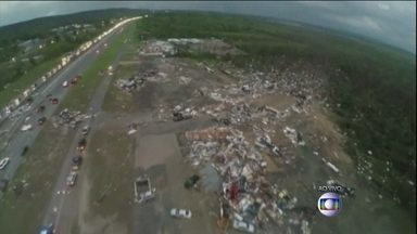 Série de tornados mata 18 pessoas nos EUA - Cinco estados foram atingidos. Equipes de emergência trabalhavam nos escombros de algumas cidades afetadas em busca de sobreviventes. A previsão meteorológica adverte para a formação de novos tornados.