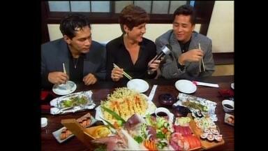 Confira imagens de turnê de Leandro e Leonardo pelo Japão em 1997 - Dupla provou a culinária japonesa em matéria para o Vídeo Show
