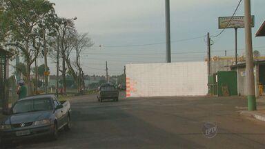 Dono de posto de combustíveis ergue muro no meio de rua em Limeira, SP - O dono de um posto de combustíveis construiu um muro no meio de uma rua, em Limeira. Ele alega que a estrutura está dentro de seu terreno, mas para quem pasas de carro, o trânsito ficou complicado.
