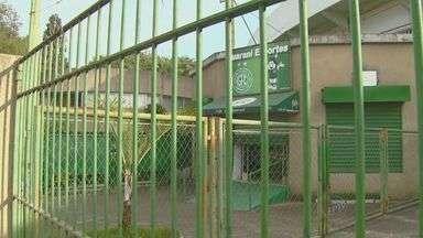 Quadrilha rende vigias e rouba estádio do Guarani durante a madrugada - Cinco homens roubaram, na madrugada deste sábado (3), o estádio Brinco de Ouro da Princesa, do Guarani. Segundo a Polícia Militar, os dois vigias do local, que fica no bairro Cambuí, em Campinas (SP), foram feitos reféns durante a ação.