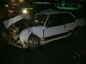 Duas pessoas ficam feridas em acidente na PR-323 em Cianorte - O acidente foi em ontem à noite. A batida foi entre um carro e um caminhão.