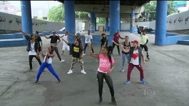 Baile charme de Madureira completa 24 anos com programação especial - O bairro conhecido por suas diversas manifestações culturais tem tradição no ritmo. Os dançarinos se reúnem no Viaduto Negrão de Lima para ensaiar novos passos e animar as noites de Madureira.