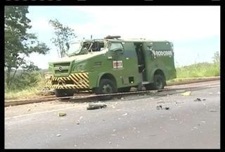 Polícia procura por 10 bandidos que explodiram um carro forte na BR-050, no Triângulo - Eles roubaram todo dinheiro que estava no cofre.