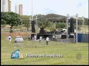 Trânsito é interditado devido a show no Parque do Povo - Evento comemora o Dia do Trabalho.