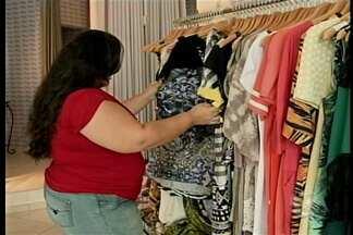 Lojas oferecem roupas em tamanho maiores - Na hora de comprar roupas, muita gente tem dificuldades de achar o tamanho ideal.