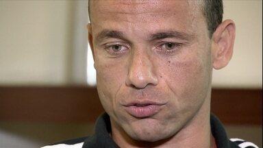 Léo revela mágoa com diretoria do Santos e diz que foi aposentado - Lateral e ídolo do Peixe diz que pretende voltar ao clube com cargo diretivo