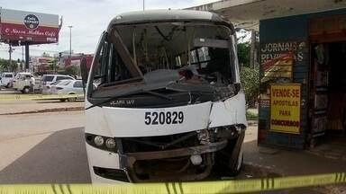 Acidente entre dois ônibus fere 21 pessoas em Ceilândia - Um acidente entre dois ônibus no centro de Ceilândia deixou, pelo menos, 21 pessoas feridas na manhã deste sábado (3). O cenário de onde aconteceu o choque era de destruição.