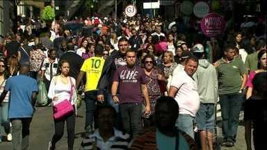 Consumidores lotam a 25 de Março neste sábado (3) - Oitocentas mil pessoas são esperadas pelos lojistas do maior centro de compras do comércio popular do país. A multidão procura presentes para o Dia das Mães, para a Parada Gay, para a Copa do Mundo e até para festas juninas.