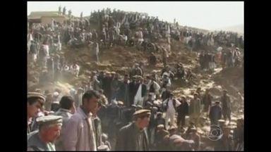 Deslizamento soterra vilarejo inteiro no Afeganistão - O número de mortos passa de 350. As autoridades locais afirmam que duas mil pessoas estão desaparecidas e podem estar soterradas. Quem sobreviveu está desabrigado e espera ajuda humanitária. O acesso ao lugar é difícil.
