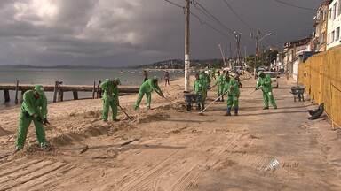 Areia que invadiu praia da Ribeira por causa do vento forte é retirada - Durante a semana tempo ficou bastante instável em Salvador. A velocidade dos ventos chegou a 40 km/h, mais que o dobro de dias com o tempo normal.