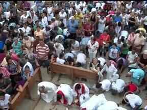 Cerca de 40 mil fiéis participaram da romaria em Santa Cruz dos Milagres - Fiéis rezam, ajoelham e beijam o chão cem vezes durante romaria no Piauí