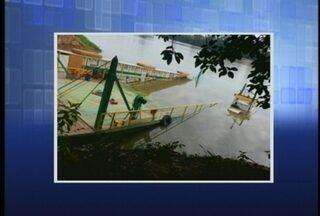 Balsa de Ilhota afunda no Rio Itajaí-Açu - A balsa de Ilhota, já mostrada nesta semana no RBS Notícias, afundou neste sábado.