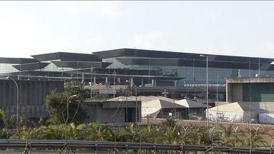 Novo terminal internacional do Aeroporto de SP entra em funcionamento nesta madrugada - Do lado de fora, correria para terminar o asfalto e preparar os canteiros. Mas, por dentro, só faltava a limpeza. O novo terminal começa a funcionar na próxima madrugada,