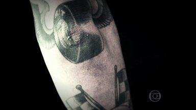 Veja tatuagens inspiradas em carros e motos - O Felipe é apaixonado por hot rods, aqueles carros americanos potentes dos anos 30, e tatuou o motor V8 de um deles na perna.