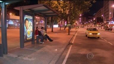 Rodoviários fazem greve de 48 horas no Rio - Desde a tarde da última segunda-feira (12), os rodoviários prometeram greve de 48 horas. Muitos passageiros passaram a madrugada na rua esperando o transporte público. Essa é a segunda paralisação em menos de duas semanas.