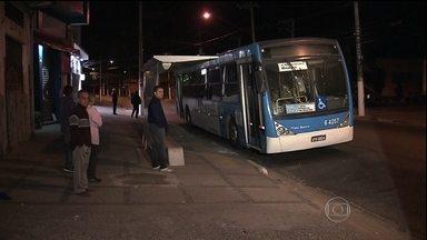 Cobrador de ônibus fica ferido em ato de vandalismo em SP - Mais um ataque a ônibus na Zona Sul de São Paulo quase termina em tragédia. Um cobrador do ônibus teve parte da roupa queimada em uma tentativa de incêndio no veículo.