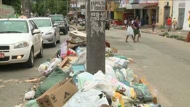 Sem coleta, lixo fica acumulado em avenidas de São Luís - Sacolas estão acumuladas nas avenidas dos Africanos e Ferreira Gullar. Acúmulo de lixo é ainda mais preocupante no período chuvoso.