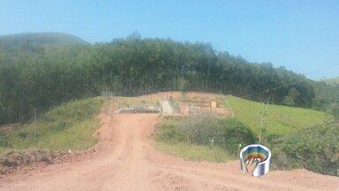Prefeitura de Taubaté interdita loteamento clandestino na zona rural - O loteamento foi descoberto por policiais da Atividade Delegada. Segundo a prefeitura, o dono da imobiliária que vendia os lotes fugiu do local.