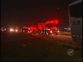Duas pessoas morrem após ônibus com estudantes bater em caminhão - Duas pessoas morreram e pelo menos 11 ficaram feridas em um acidente entre um caminhão e um ônibus, que transportava estudantes em Pederneirasx (SP) na Rodovia Comandante João Ribeiro de Barros.