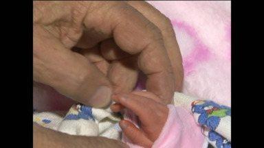 Não faltam candidatos para adotar o bebê encontrado em Marmeleiro - O recém-nascido foi achado na beira de uma estrada no sudoeste do Paraná