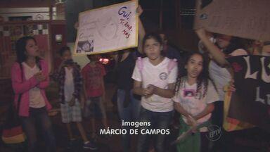 Protesto contra a morte de Guilherme Henrique Ramos fecha avenida de Campinas - Na noite de segunda-feira (12), parentes e amigos da família de Guilherme Henrique Ramos, que morreu atropelado na sexta-feira (9), se reuniram para protestar e pedir punição do motorista. O grupo fechou a Avenida Doutor Arlindo Joaquim de Lemos.