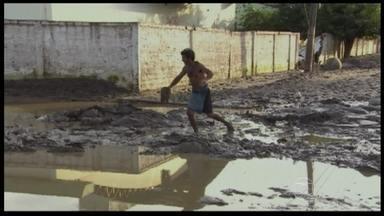 Moradores de Rondônia ainda enfrentam problemas relacionados à cheia do Rio Madeira - Após a maior cheia da história, a maior preocupação é com as doenças. Aumentam as chances de contrair hepatite A, diarreias e leptospirose. A Defesa Civil não recomenda a volta para casa antes de uma desinfecção.