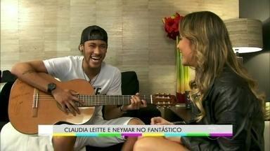 Cláudia Leitte ensina Neymar a tocar violão no Fantástico - Reveja o momento que foi ao ar no último domingo