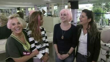 Cabeleireira mostra que não há idade para colorir os cabelos - Mulheres de faixas etárias diferentes passam por transformação