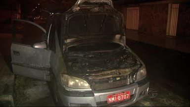 Carro pega fogo no Conjunto Santo Eduardo - O fogo atingiu o motor, queimou o capô e danificou a frente do carro. Ninguém ficou ferido.