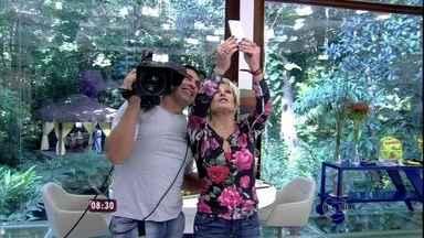 Ana Maria faz selfie com cinegrafista do Mais Você - Apresentadora fala de fotos famosas pelo mundo!