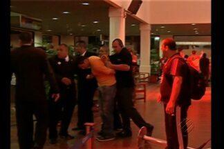 Visita a taça da Copa do Mundo termina em confusão, em Belém - Antes do tumulto, muita gente conseguiu chegar pertinho do troféu.