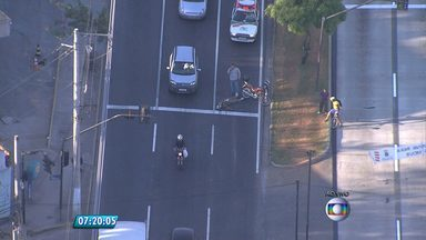 Acidente com motociclista deixa trânsito lento na Avenida Antônio Carlos, em BH - Tráfego está retido da portaria da Universidade Federal de Minas Gerais (UFMG) ao Viaduto São Francisco.