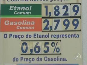 Preço do etanol já está mais barato nos postos de combustíveis de Sorocaba - Motoristas de Sorocaba (SP) começam a dar preferência para o etanol na hora de abastecer o carro. É que com o início da safra da cana de açúcar, o combustível fica mais barato que a gasolina.