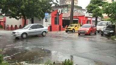 Moradores da Aldeota reclamam dos constantes acidentes em um cruzamento do bairro - Alvo das reclamações é o cruzamento das ruas Torres Câmara com Silva Paulet, em Fortaleza.