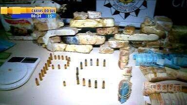 Polícia apreende 10 kg de crack em Marau, RS - A droga estava enterrada no pátio de uma propriedade na cidade.
