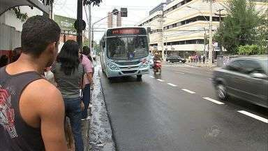 Implantação do sentido único na Avenida Dom Luís deixa os usuários confusos - Empresa de Transporte Urbano de Fortaleza colocou funcionários nas paradas desativadas para orientar a população.