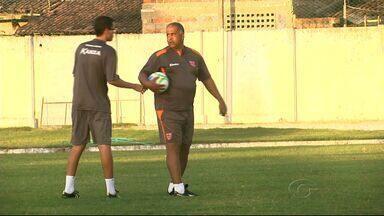 Técnico do CRB faz remanejamento no time - Ademir Fonseca começa o primeiro treino com uma conversa com o Galo e mexendo na equipe com remanejamento de posição de alguns jogadores.