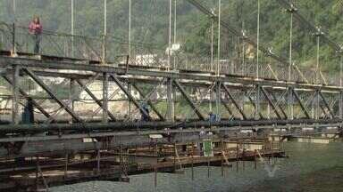 Ponte Pênsil completa 100 anos com reforma inacabada - Obra deveria acabar em maio, mas será entregue somente em novembro