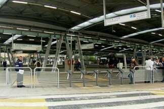 Terminal Pinheiros, na Zona Oeste de SP, ficou sem ônibus desde a manhã desta quarta (21) - Greve de motoristas e cobradores de ônibus municipais de São Paulo paralisou diversos terminais em toda a cidade. Haviam veículos parados em diversos corredores de ônibus da Zona Oeste.