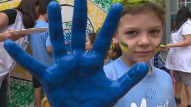 O verde e o amarelo dominam salas e pátios de escolas de Maringá - A criançada se diverte e torce pela vitória do time na Copa do mundo.