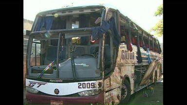 Polícia conclui inquérito sobre acidente com ônibus em Bandeirantes - O ônibus ia de Foz do Iguaçu para São Paulo e tombou na BR 369, em Bandeirantes, causando a morte de oito passageiros. A perícia constatou problemas mecânicos no veículo.
