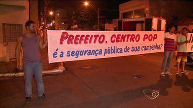 Manifestantes interditam a rua Henrique Moscoso no centro de Vila Velha, ES - O protesto é contra o cento de moradores de rua, que fica na região.