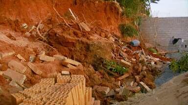 Operário morre soterrado em Varginha - Ele e um colega, que conseguiu sobreviver, trabalhavam na construção de um muro quando o barranco desabou.