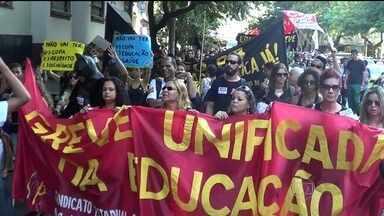 Professores do Rio fazem passeata e decidem manter greve - Os professores do Rio decidiram manter a greve, que foi iniciada no dia 12 de maio. A decisão ocorreu durante uma assembleia. Cerca de 800 professores seguiram em direção ao Palácio Guanabara.