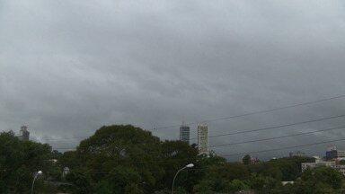 Frente fria deixa o Paraná, mas ainda pode chover - O céu continua nublado e a temperatura cai um pouco.