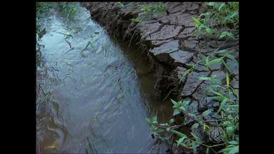Mancha em córrego de Barbacena foi causada por abatedouro, diz Copasa - Abastecimento de água na cidade continua parcialmente suspenso. Segundo a Copasa, proprietário da empresa tem licenciamento necessário.