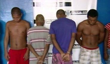 Polícia prende suspeitos de envolvimento em assalto a projeto social no Norte do ES - Pessoas estavam com armas e drogas em Linhares. A quadrilha é suspeita de assaltar o projeto social Meninos da Terra.